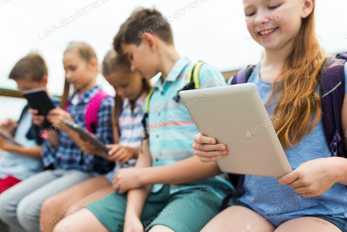 Nahaufnahme von Grundschülern mit Tablet-PC