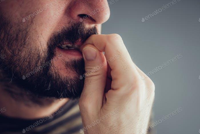 Beißende Fingernägel