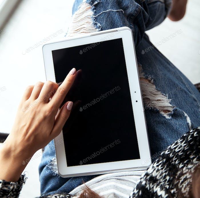 Frau hält und mit Tablet mit leerem Bildschirm
