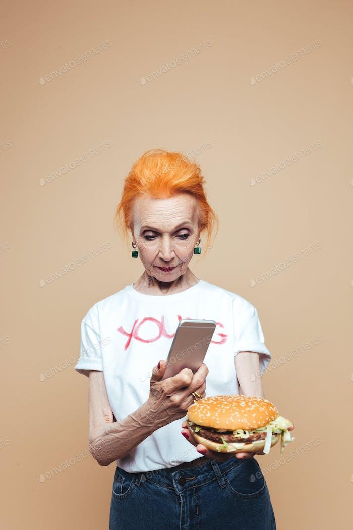 Attraktive Reifen redhead Mode Frau