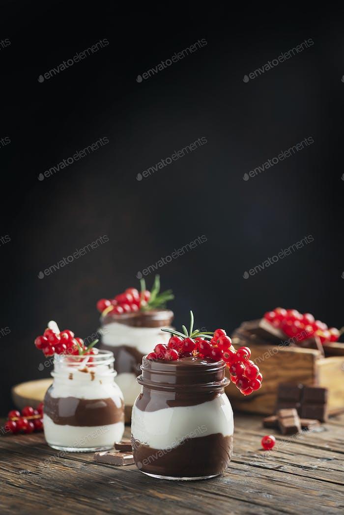Dessert mit weißer und dunkler Schokoladencreme