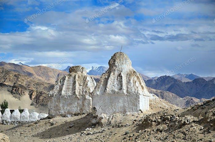 Weiße buddhistische Stupas