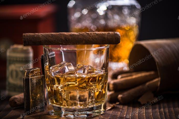 Glas Scotch oder Cognac und Zigarre
