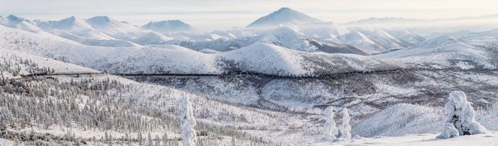 красивая заснежена зимняя дорога и деревья в заснеженных горах, Колымское шоссе, русский