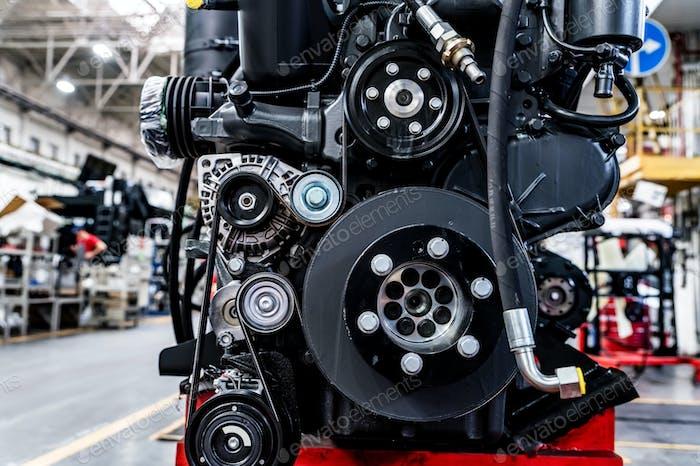 Nahaufnahme des Verbrennungsmotors in der modernen Traktorenfabrik