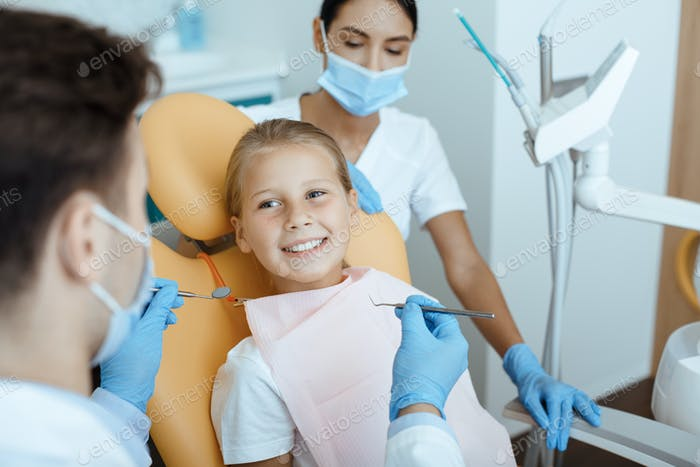 Moderne zahnärztliche Untersuchung und Mundhöhlenbehandlung bei Kindern