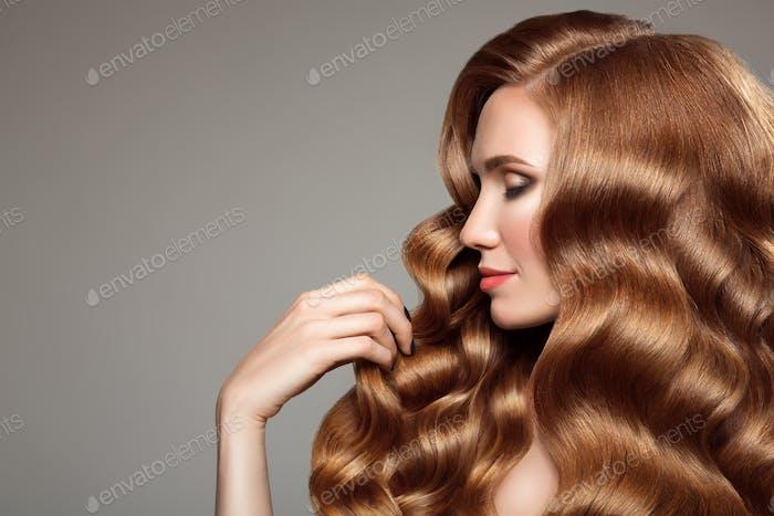 Porträt von Frau mit langen lockigen schönen Ingwer Haar.