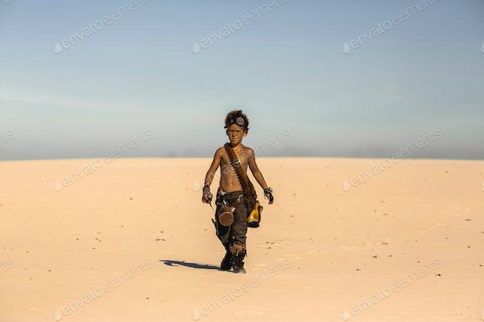 Post-apokalyptischen Krieger-Jungen im Freien in der Wüste Ödland