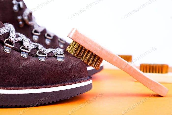 Braune Mann Wildleder Stiefel mit Pinsel. Makro. Saubere Schuhe
