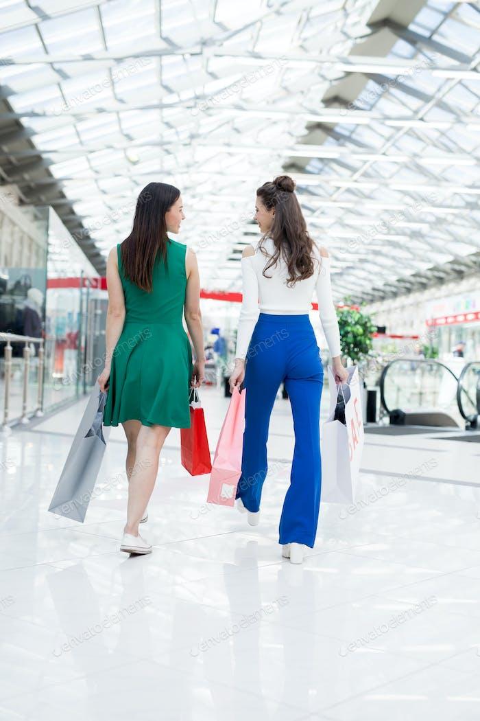 Mädchen zu Fuß über Einkaufszentrum