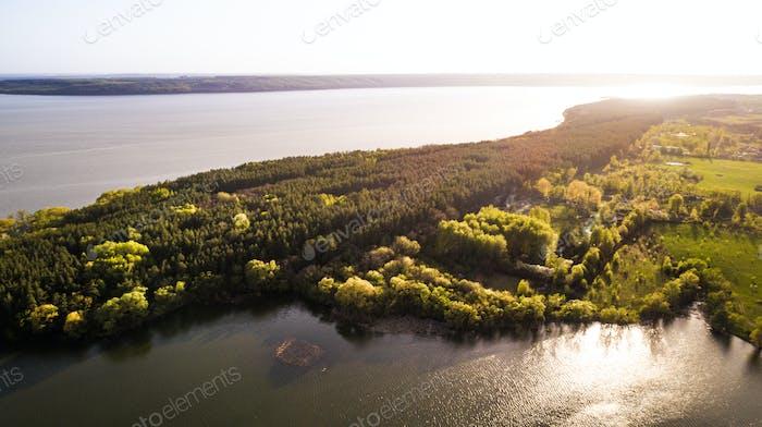 Sonnenaufgang über einem schönen Fluss aus der Vogelperspektive