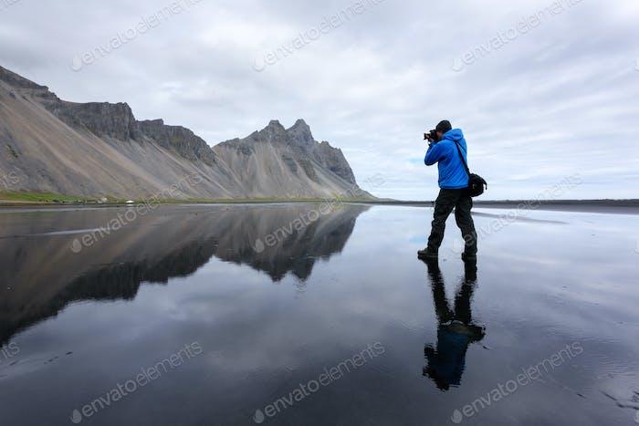 Fotograf fotografieren in der Nähe der berühmten Stokksnes Berge