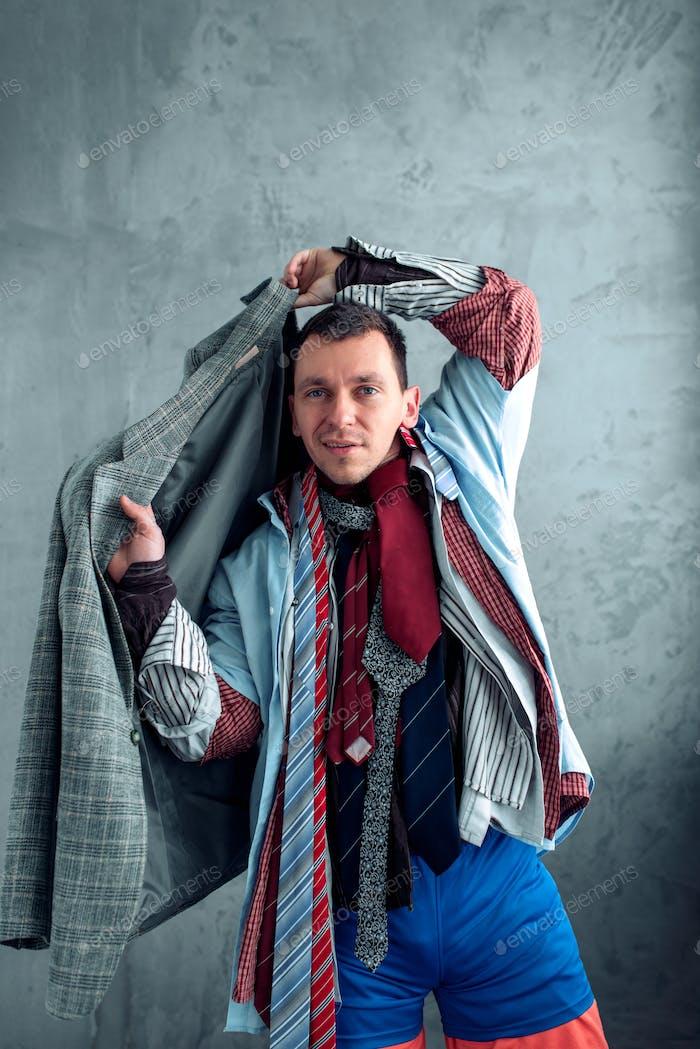 Mann versucht auf eine Jacke im Bekleidungsgeschäft