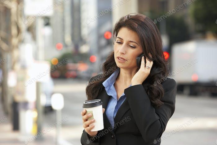 Geschäftsfrau außerhalb des Büros auf Handy