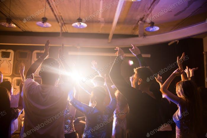 Menge der tanzenden Menschen in Nachtclub