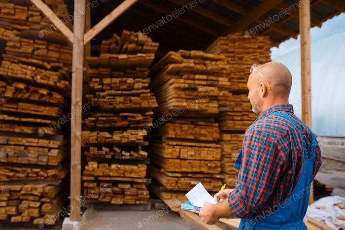 Tischler in einheitlichen Kontrollbrettern auf Holzmühle