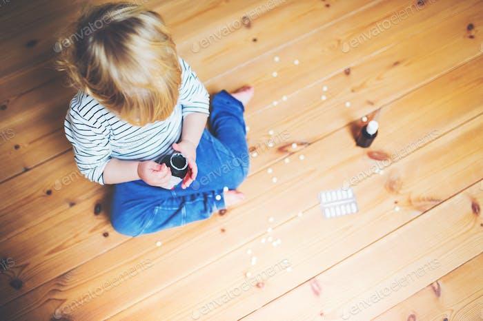 Kleinkind Junge in einer gefährlichen Situation zu Hause.