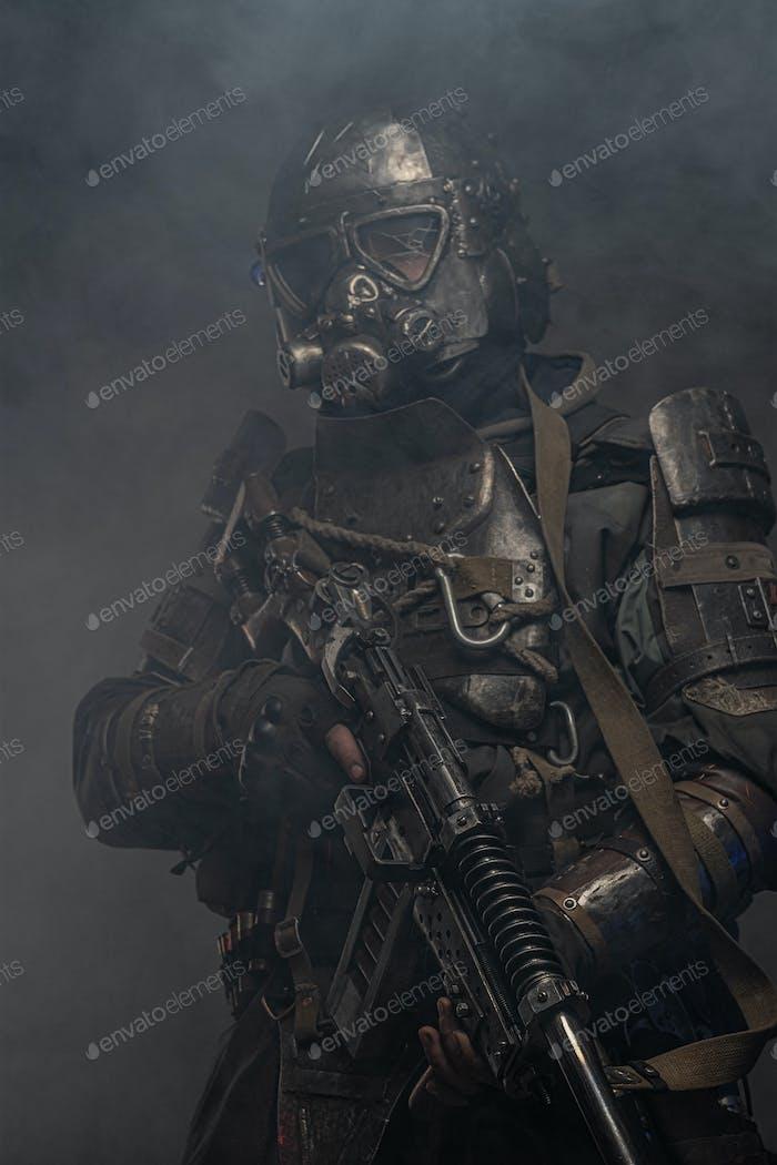Cyborg mit Waffe in Nebel und Rauch