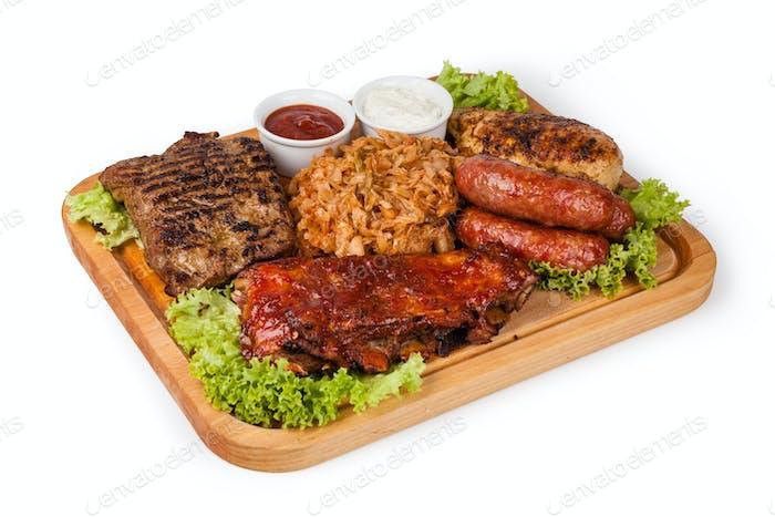 Gebratenes Fleisch mit Saurkraut