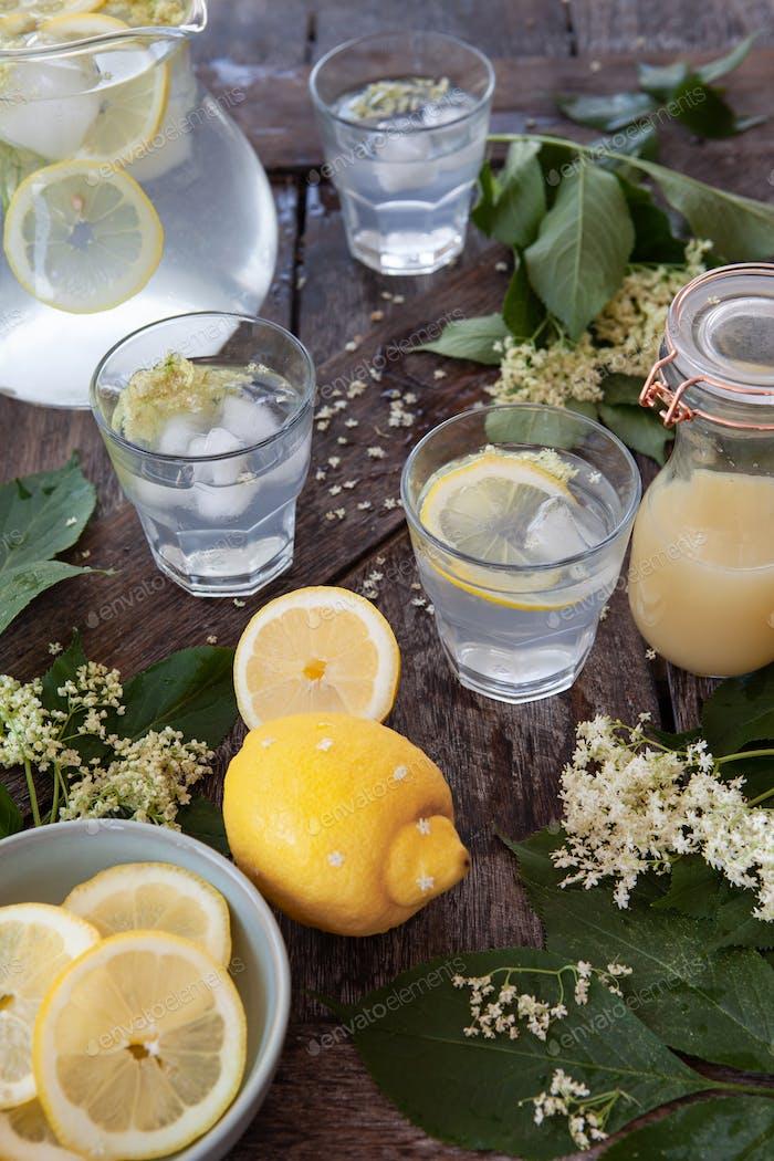 Hausgemachte Limonade mit Holunderblüten