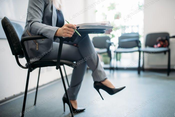 Frau passiert Interview im Büro, Kopf Jagd