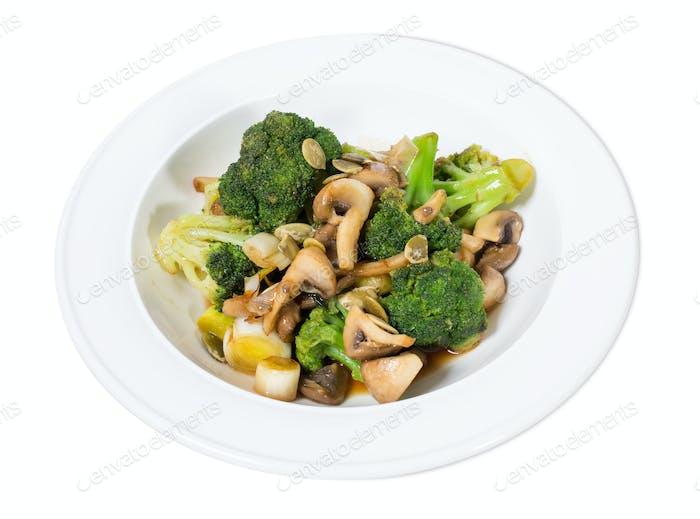Warmer Pilzsalat mit Brokkoli.