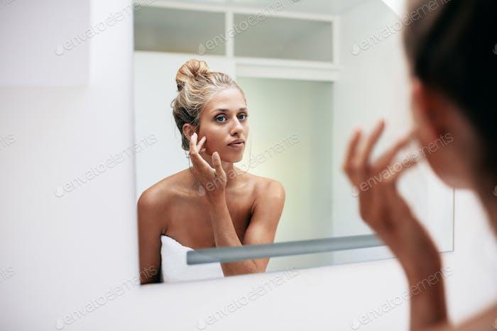 Weiblich im Bad Blick in den Spiegel