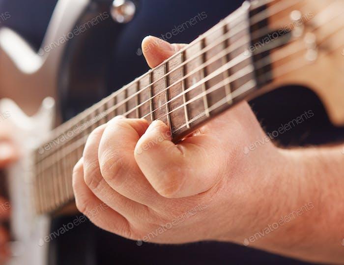 spielen auf E-Gitarre