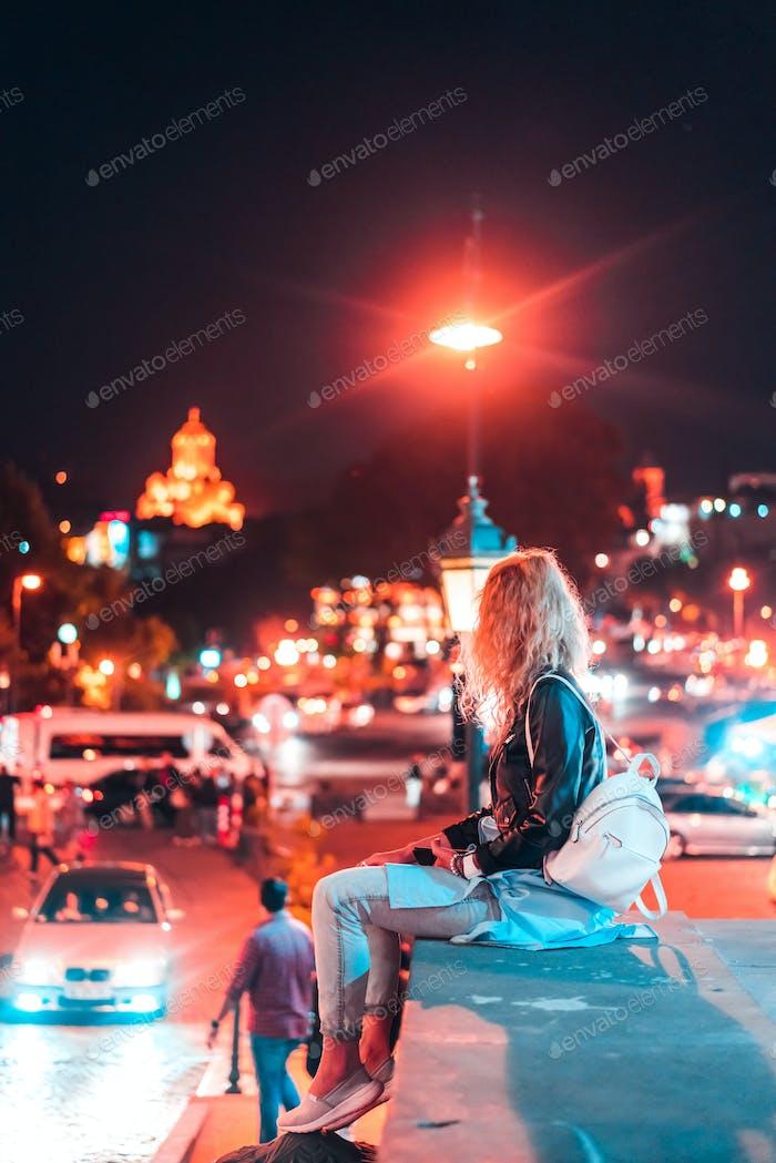 Mädchen im Hintergrund der Tiflis.