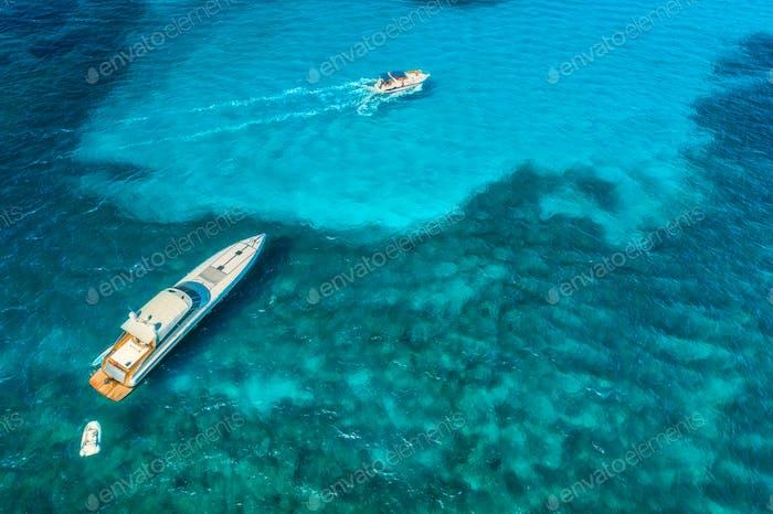 Luftaufnahme von Luxusyachten in transparentem blauem Meer