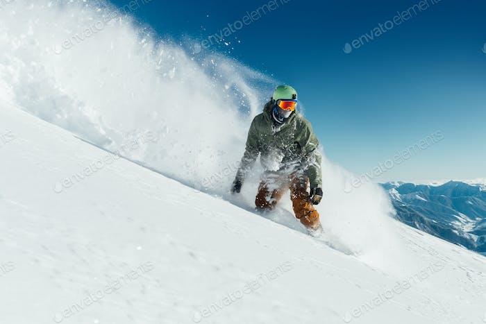 männliche Snowboarder gebogen und Bremsen Sprühen lose Tiefschnee auf
