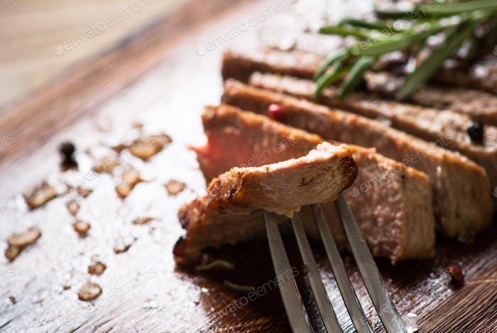 Gegrilltes Rindfleischsteak in Scheiben geschnitten.