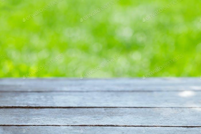 Leerer Holztisch über Bokeh natürlichen Hintergrund