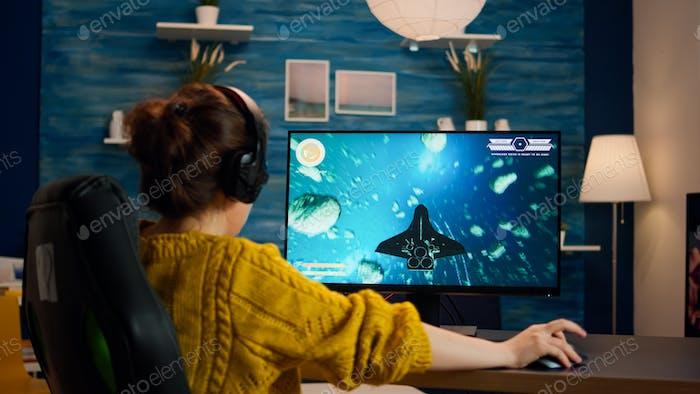 Mujer experta jugador jugando espacio shooter videojuego