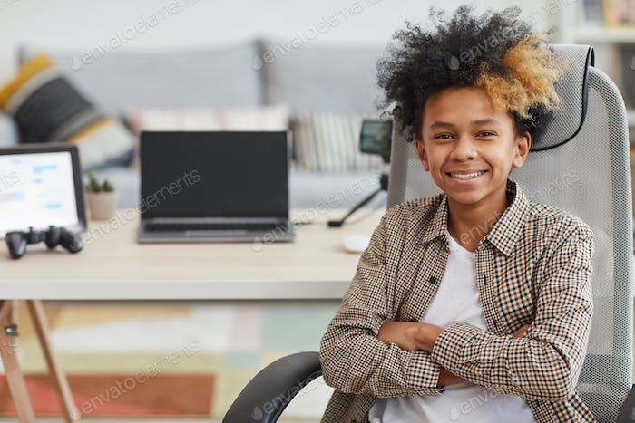 Afroamerikaner Junge posiert mit Gaming Laptop