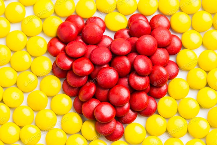 Herzform rote Milchschokolade Süßigkeiten mit gelben Bonbons Backg