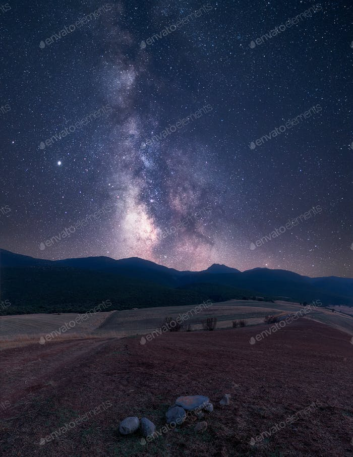 Vía Láctea y nuestra galaxia sobre los picos de las montañas