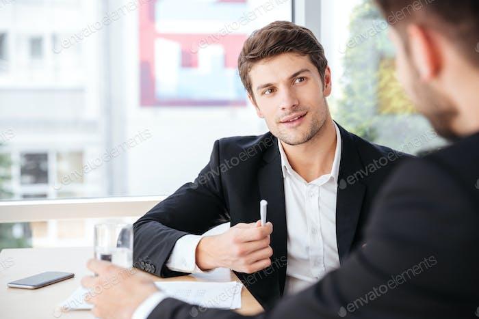 Empresario hablando con su colega en la oficina