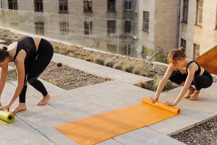 Zwei junge Mädchen bereiten sich auf Outdoor-Sport vor
