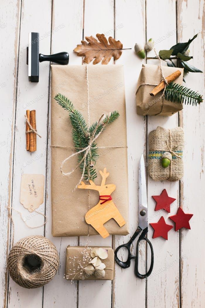Hausgemachte verpackte Weihnachtsgeschenke