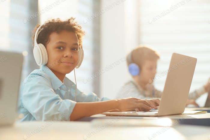 Junge in Kopfhörer in der Schule