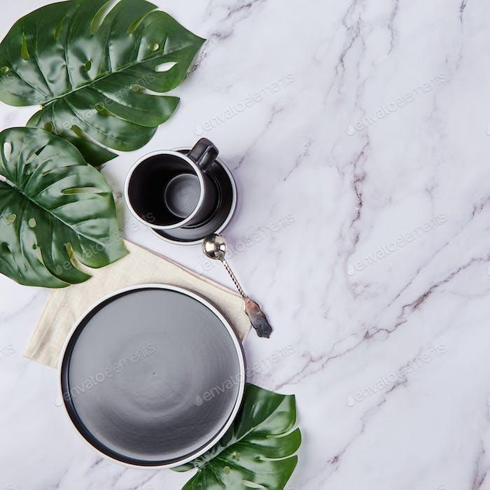 Set von modernen trendigen Tellern und Kaffeetasse. Minimalistische Flache legen mit Geschirr.