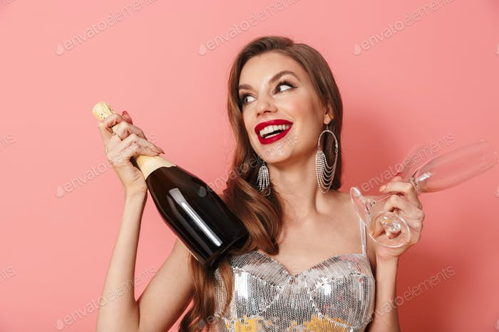 Glückliche Frau hält Flasche Champagner und Gläser.