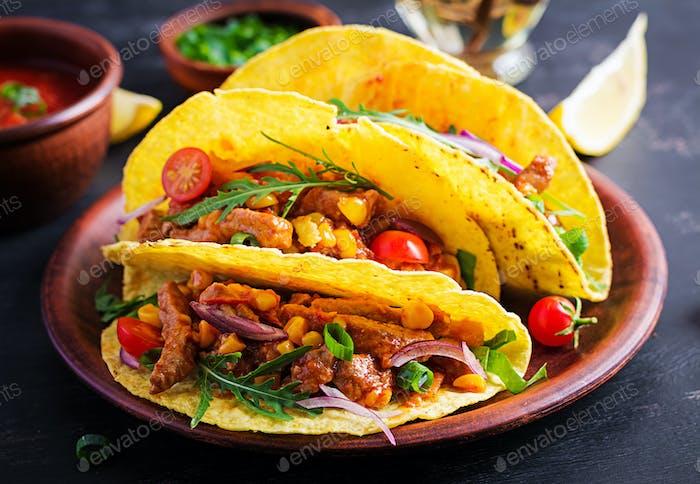Taco. Mexikanische Tacos mit Rindfleisch, Mais und Salsa. Mexikanische Küche. Kopierraum.