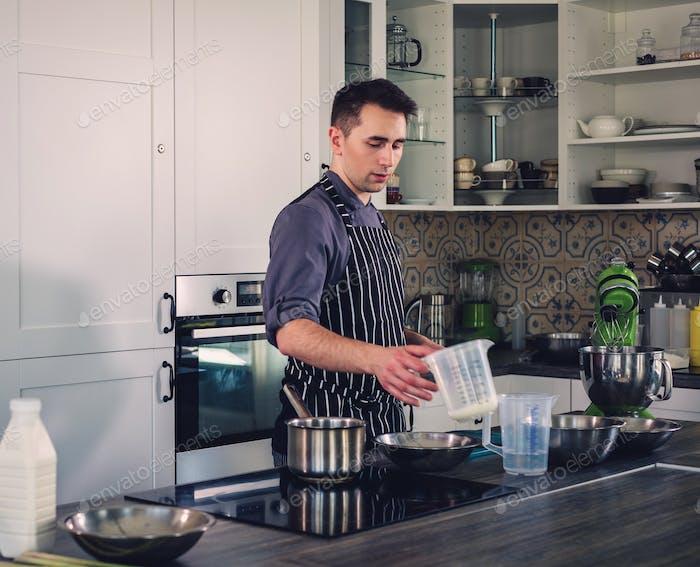 Chefkoch arbeitet an einer modernen Küche zu Hause