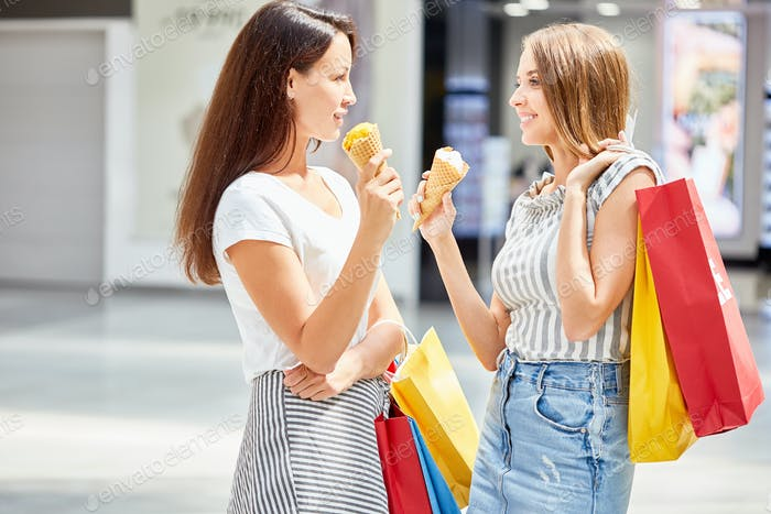 Schöne Frauen Shopping in Mall