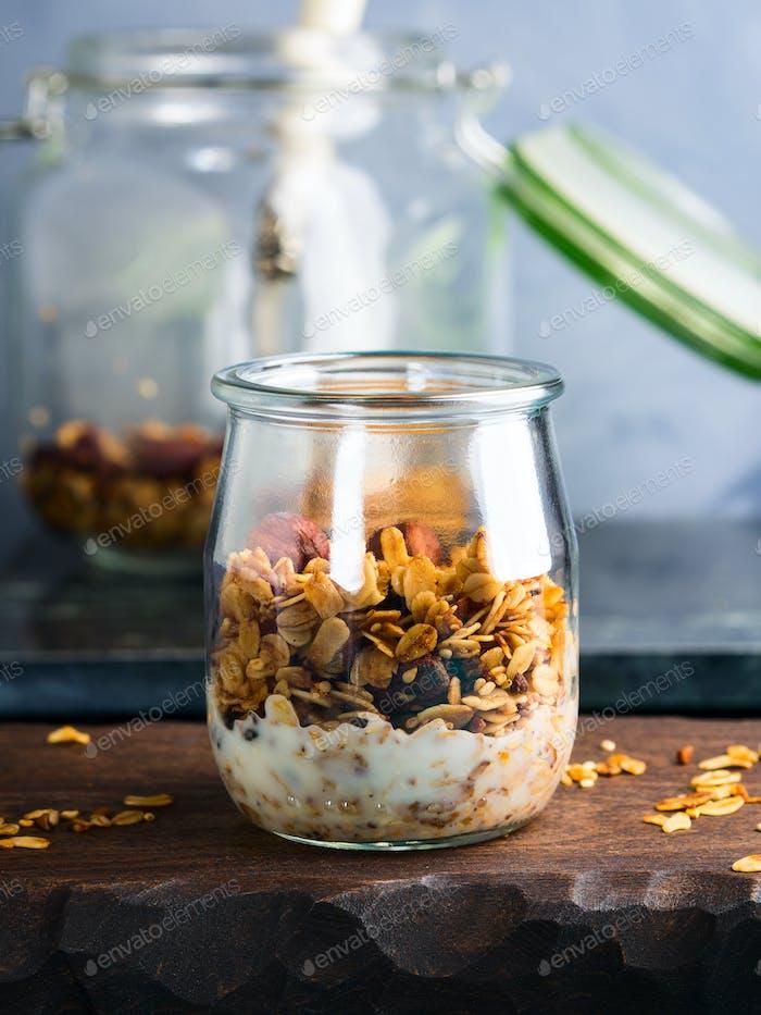 Hausgemachtes Müsli mit Honig und Kastanien