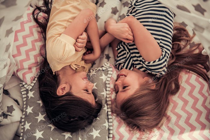 Kleine Mädchen spielen