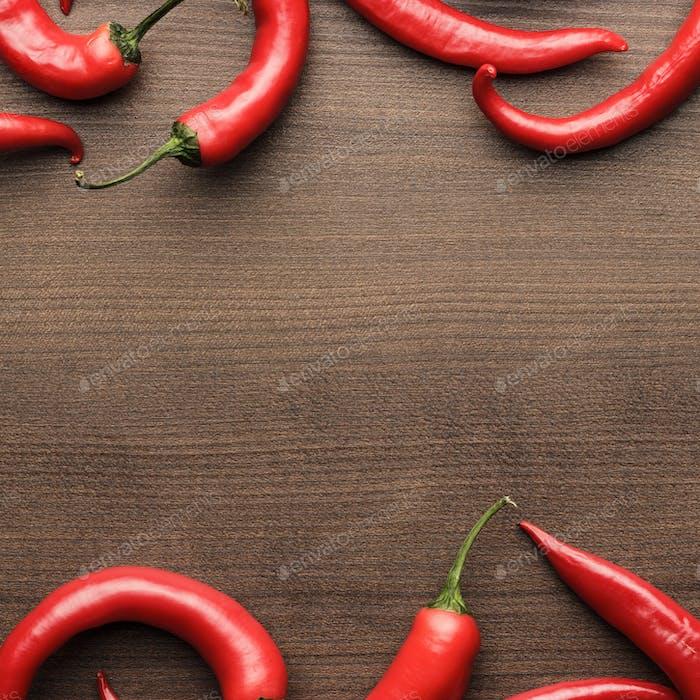Red Hot Chili Paprika auf Holztisch
