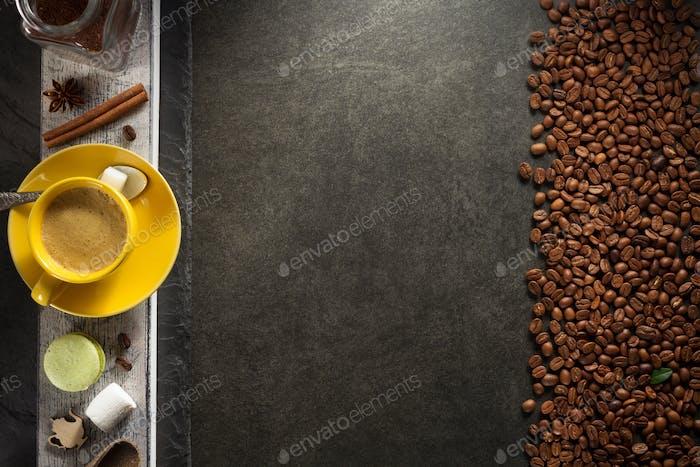 Tasse Kaffee und Bohnen
